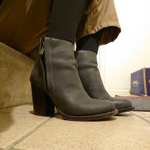 URBAN OUTFITTER Dark Gray Boots (6)